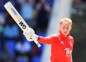Joe Root batted his way to a maiden ODI hundred despite an injured thumb © AFP