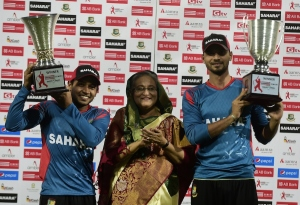 Mushfiqur Rahim and Mashrafe Mortaza pose with the trophies © AFP