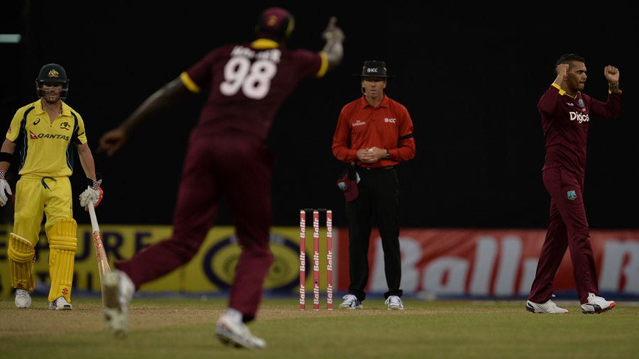 Sunil Narine celebrates a wicket, West Indies v Australia, ODI tri-series, 2nd match, Providence, June 5, 2016 © AFP